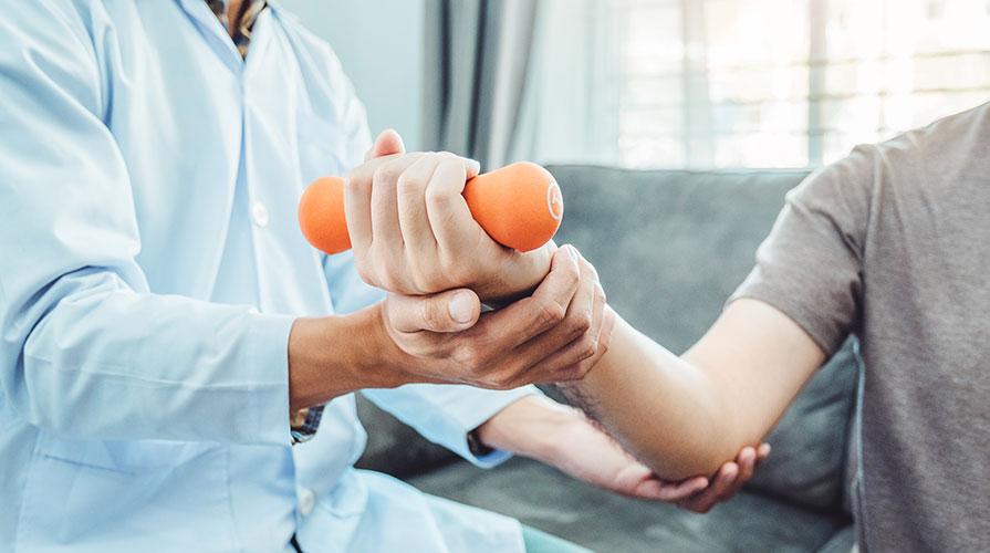 Terapia ręki, rehabilitacja rąk i ćwiczenia dłoni.