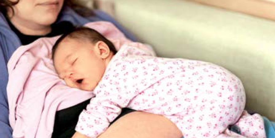 Wzmacnianie mięśni brzucha po ciąży, ćwiczenia z noworodkiem.