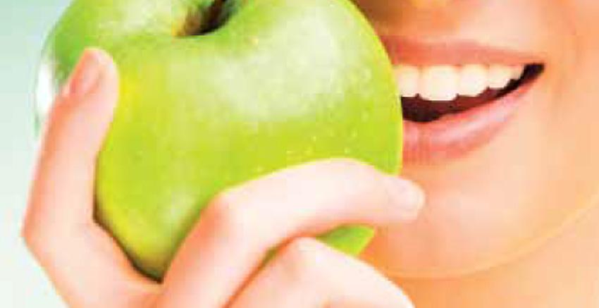 Jedzenie owoców i zdrowe nawyki żywieniowe.