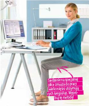Piłka do siedzenia zamiast krzesła, proste plecy plecy przy biurku.
