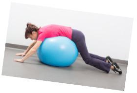 Ćwiczenia na kręgosłup piersiowy na piłce i ćwiczenia rozluźniające kręgosłup.