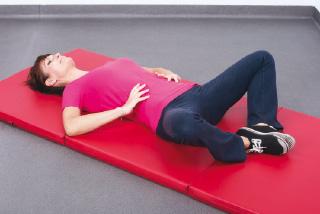 Ćwiczenia w czasie okresu na macie, łagodzenie bóli miesiączkowych.