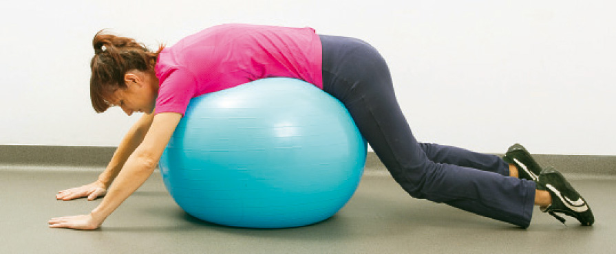 Rozluźnienie pleców na piłce, gimnastyka kręgosłupa na dużej piłce.